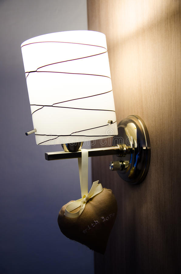 Dekorera lampan på den wood väggen royaltyfri foto