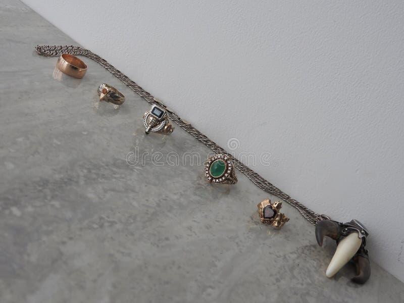 Dekorera smycken av guld med ädelstenar royaltyfria bilder