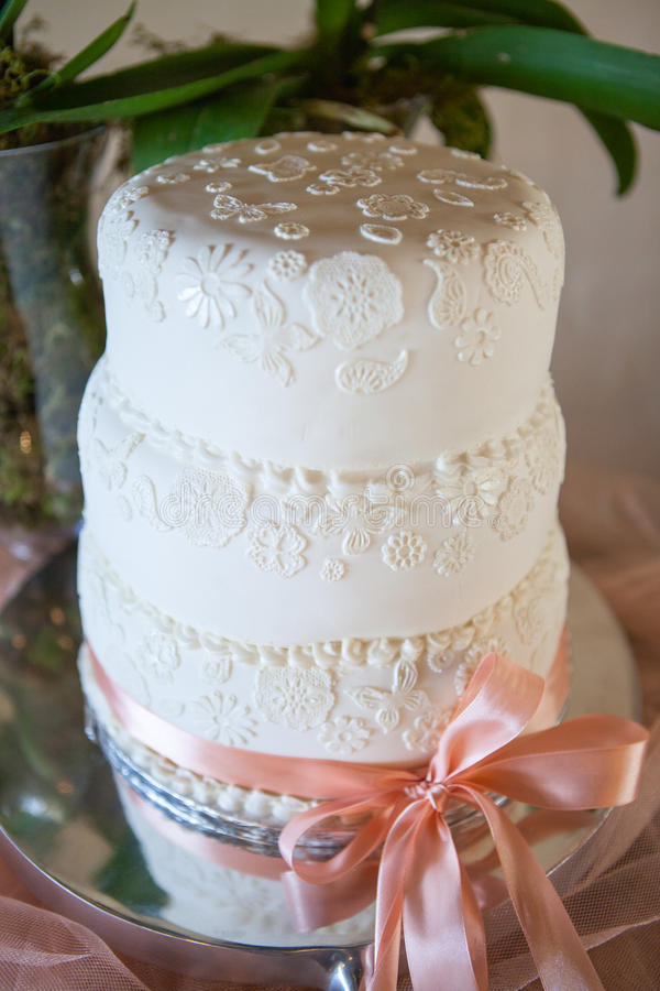 Dekorerad bröllopstårta med vit isläggning royaltyfri fotografi