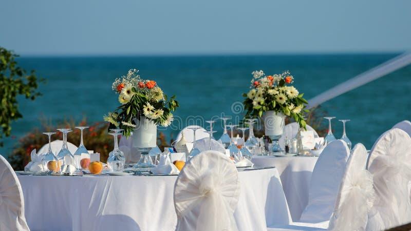 Dekorerad brölloptabell på sjösidan royaltyfria bilder