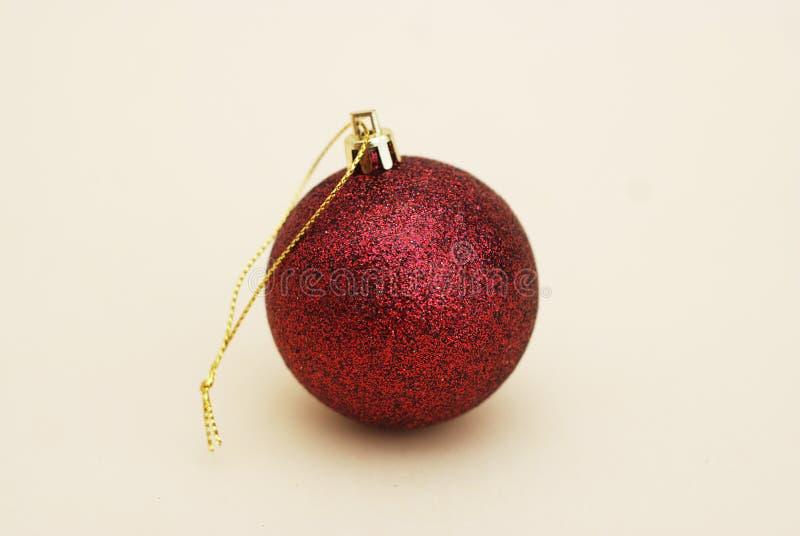 Dekorerad Cristmas röd gnistrandeboll som isoleras Vntage filter Cristmas eller vinterbegrepp kopiera avstånd arkivfoton