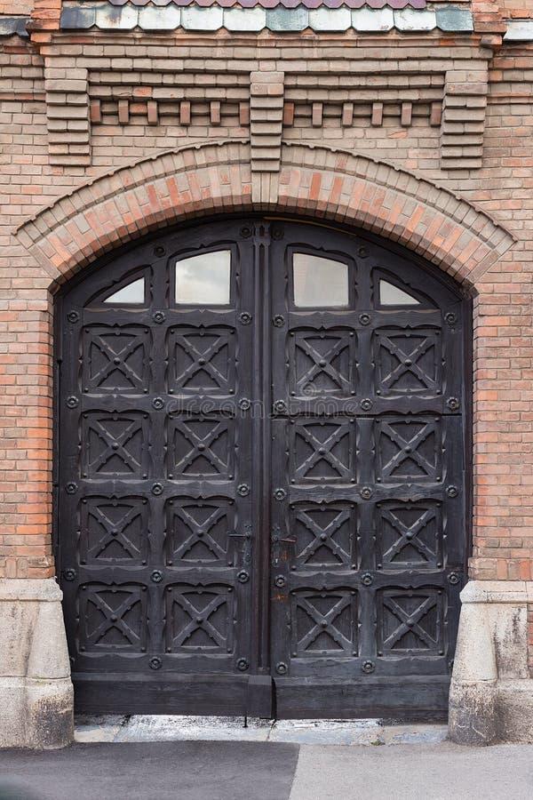Dekorerad dörr för tusen dollar svart arkivbild