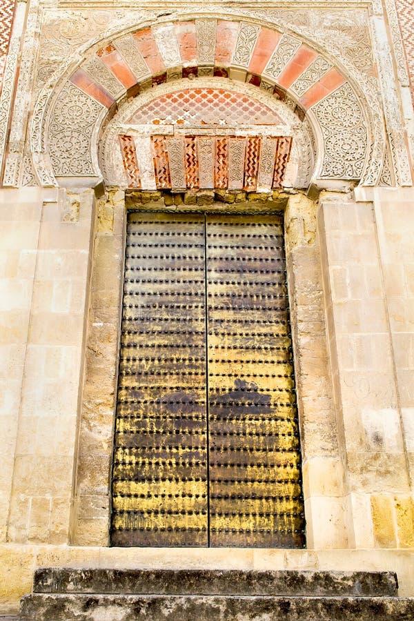 Dekorerad dörr och vägg av moskédomkyrkan i Cordoba, Spanien arkivfoton