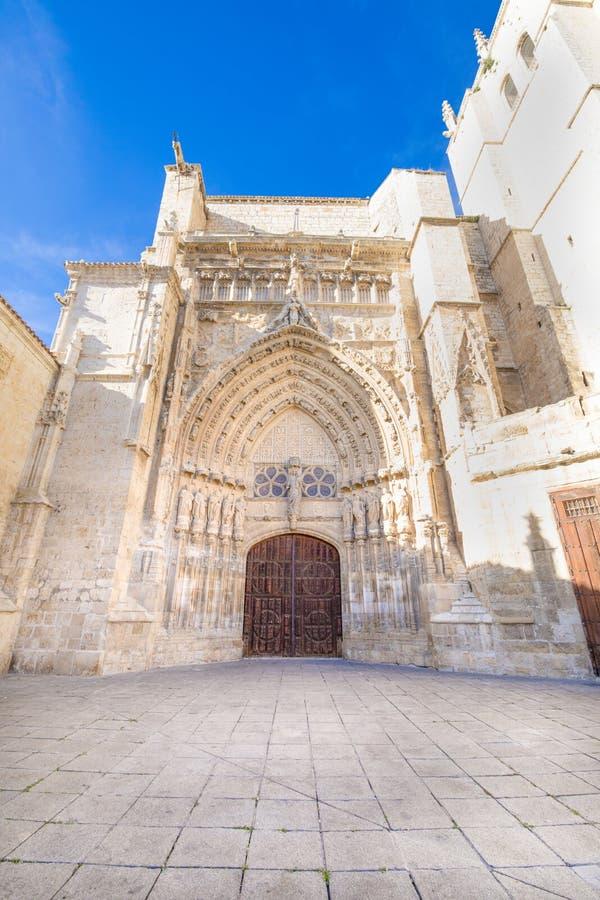 Dekorerad fasad av den San Antolin domkyrkan i Palencia arkivbild