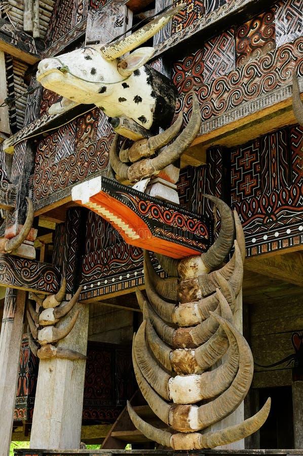 Dekorerad fasad av det traditionella huset av folk som bor i regionen Tana Toraja royaltyfri bild