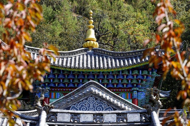 Dekorerad fasad av en tempel i de kinesiska trädgårdarna av den svarta Dragon Pool i Jade Spring Park, Lijiang, Yunnan, Kina royaltyfri fotografi