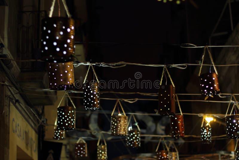 Dekorerad fyrkant av det Gracia området på natten arkivbild