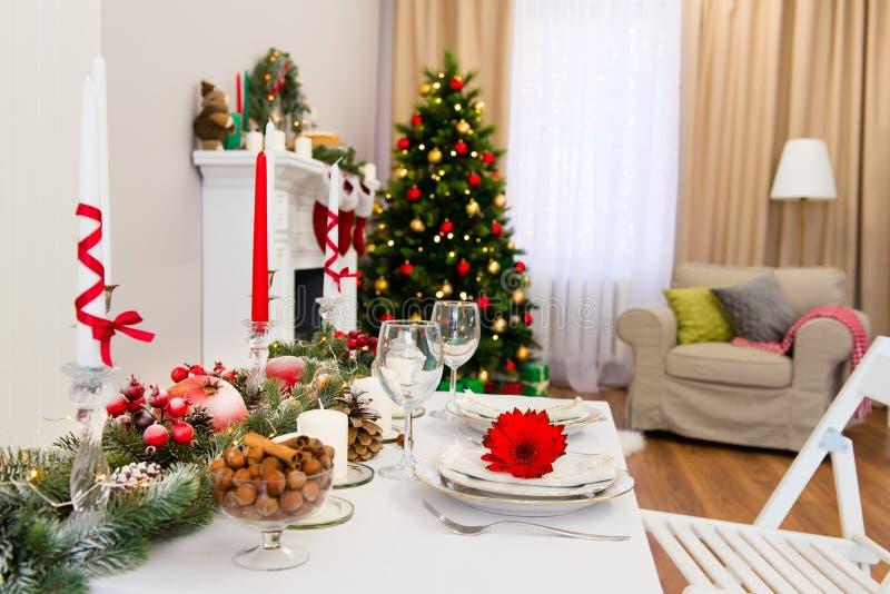 Dekorerad hemtrevlig vardagsrum för nytt år royaltyfria bilder