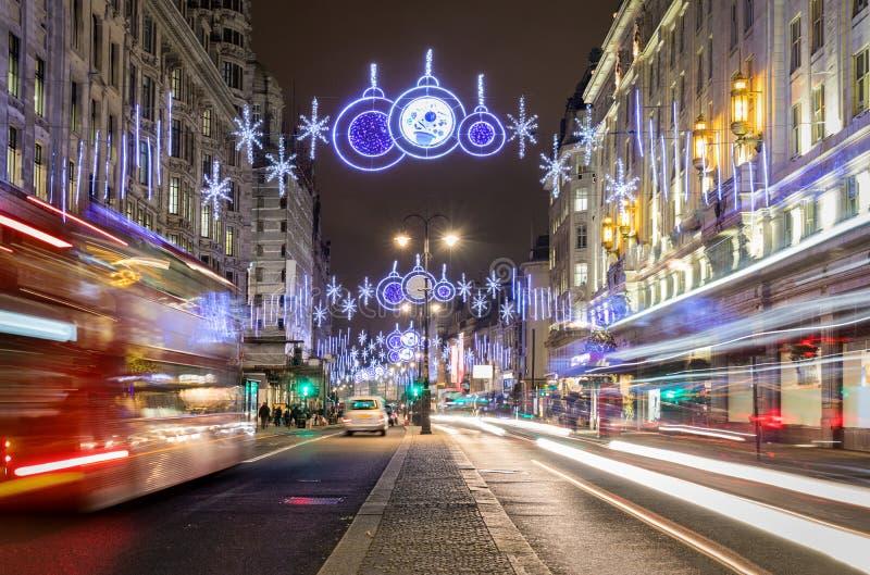 Dekorerad highstreet med julljus i London arkivbilder
