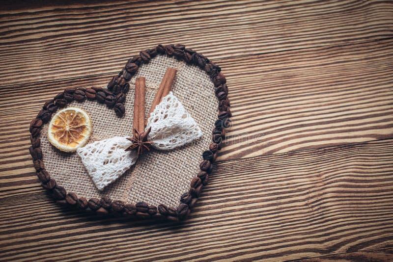 Dekorerad hjärta på en träbakgrund fotografering för bildbyråer