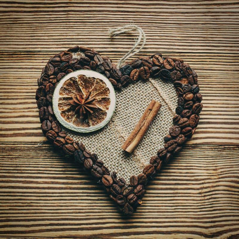 Dekorerad hjärta på en träbakgrund royaltyfri foto