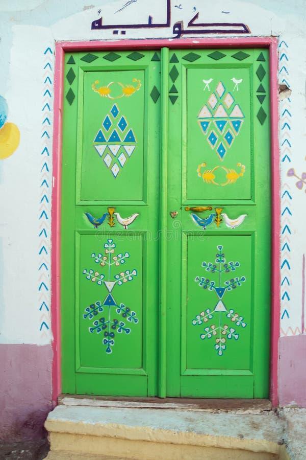 Dekorerad ingångsdörr av ett Nubian hus royaltyfria bilder