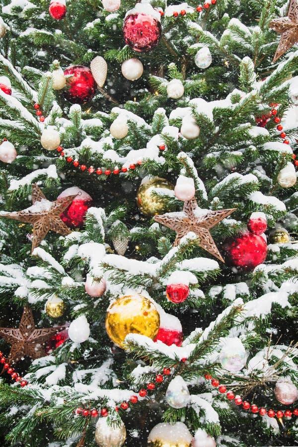 Dekorerad julgran med bollar, girland på mässa utomhus- Xmas-kort och modell close upp Vinter royaltyfria bilder