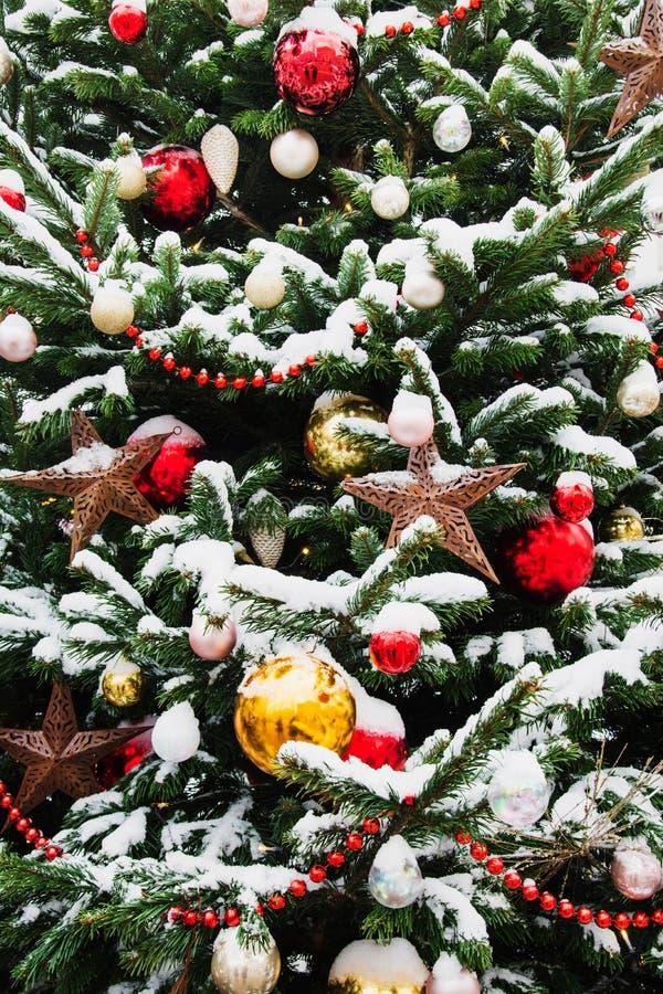 Dekorerad julgran med bollar, girland på mässa utomhus- Xmas-kort och modell Vinter arkivbild