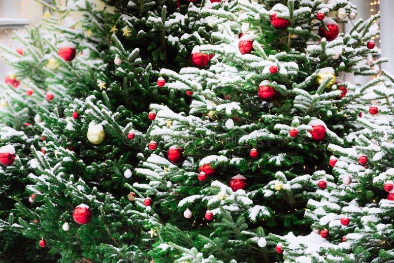 Dekorerad julgran med bollar, girland på mässa utomhus- Xmas-kort och modell Vinter fotografering för bildbyråer