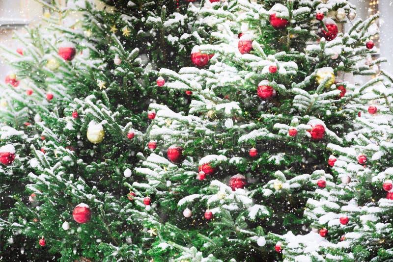 Dekorerad julgran med girlanden, mässa utomhus- Xmas-kort och modell close upp Vinter fotografering för bildbyråer