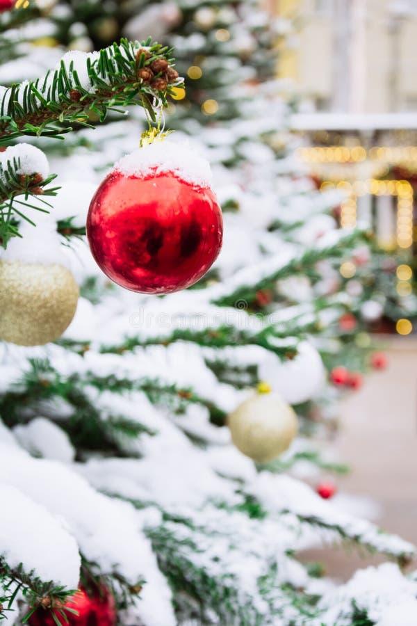 Dekorerad julgran med girlanden, mässa utomhus- Xmas-kort och modell close upp Vinter royaltyfri foto