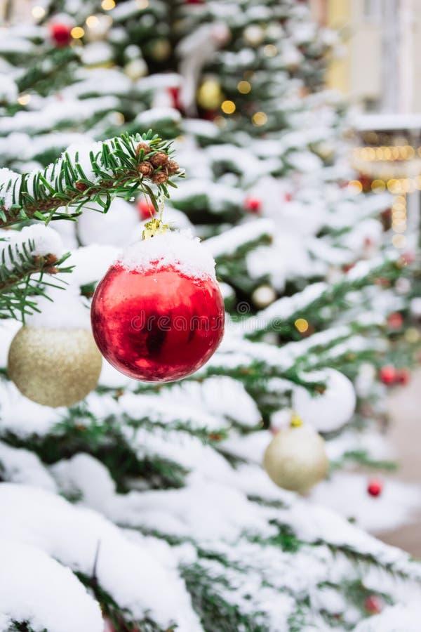 Dekorerad julgran med girlanden, mässa utomhus- Xmas-kort och modell close upp Vinter arkivbild