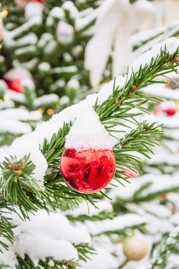 Dekorerad julgran med girlanden, mässa utomhus- Xmas-kort och modell close upp Vinter arkivfoto