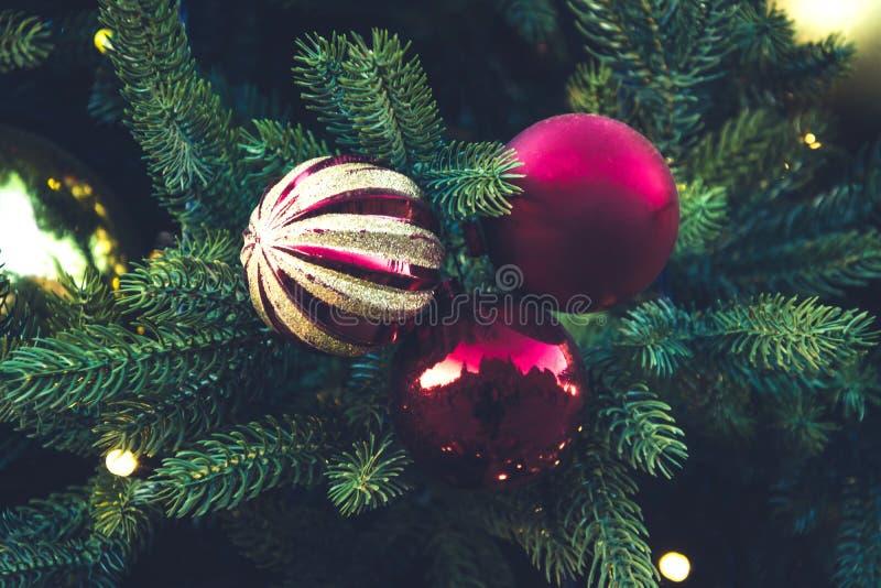 Dekorerad julgran med röda bollar, girland Utomhus- mässa Xmas-kort och modell close upp Vinter royaltyfri bild