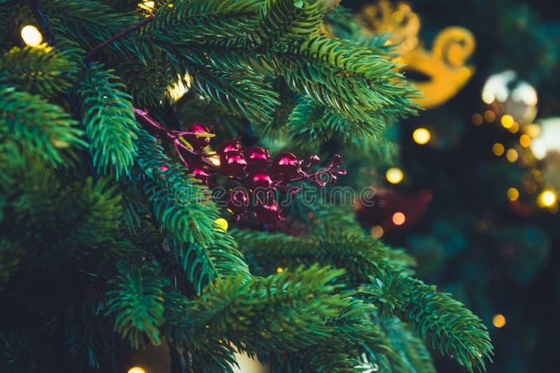 Dekorerad julgran med röda bollar och girlanden Utomhus- mässa Xmas-kort och modell close upp Vinter arkivfoto