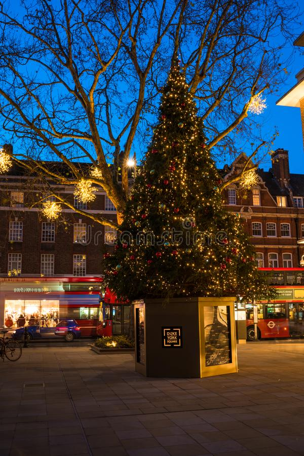 Dekorerad julgran på hertig av den York fyrkanten i London UK arkivfoton