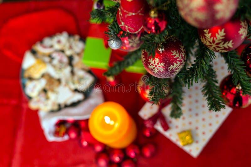 Dekorerad julgran på sömlös bakgrund arkivfoto