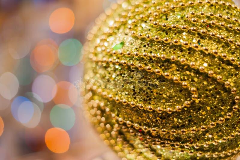 Dekorerad julgran på suddig, brusande- och febakgrund royaltyfri foto