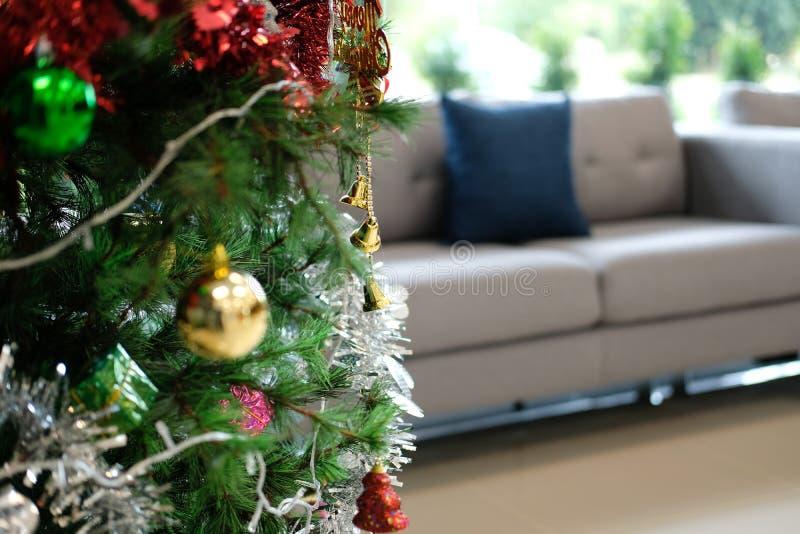 dekorerad julträd & soffasoffa i vardagsrum xmas-ferieberöm i december royaltyfri fotografi