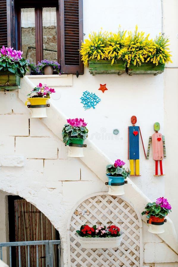 Dekorerad karakteristisk byggnadsfasad i Polignano en sto, Apulia, Italien arkivfoton