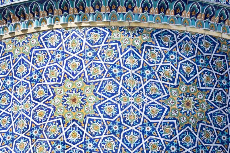 Dekorerad kupol på Barak Khan madrasah Hast Imam Square Hazrati arkivbilder