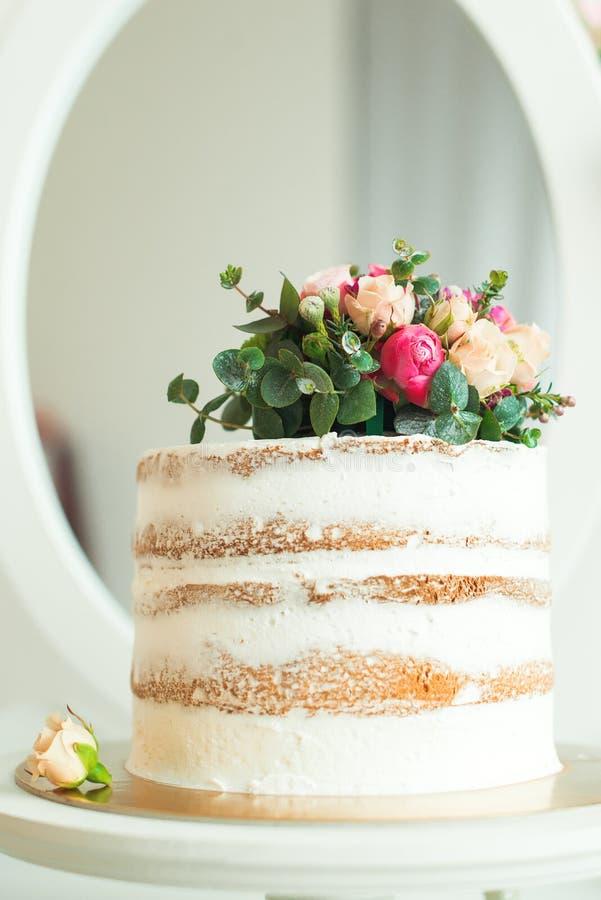 Dekorerad lantlig stil för vit naken kaka för bröllop, födelsedagar och händelser arkivbilder