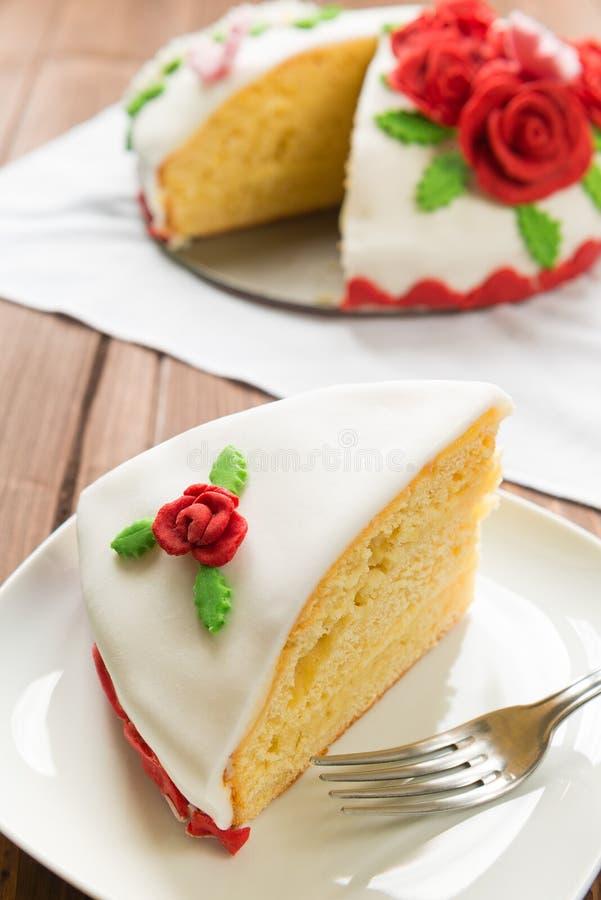 Dekorerad tårta royaltyfria foton