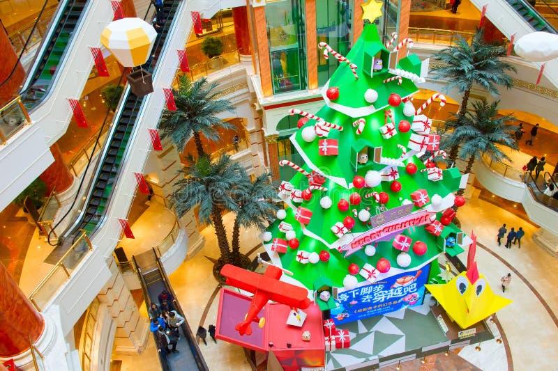 Dekorerad shoppinggalleria för nytt år royaltyfri bild
