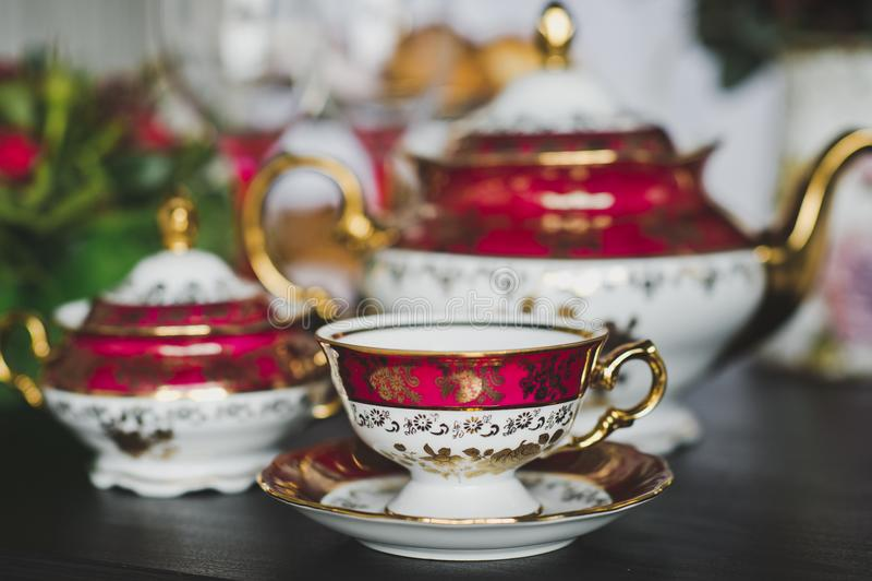 Dekorerad tabell för tebjudningar royaltyfria bilder