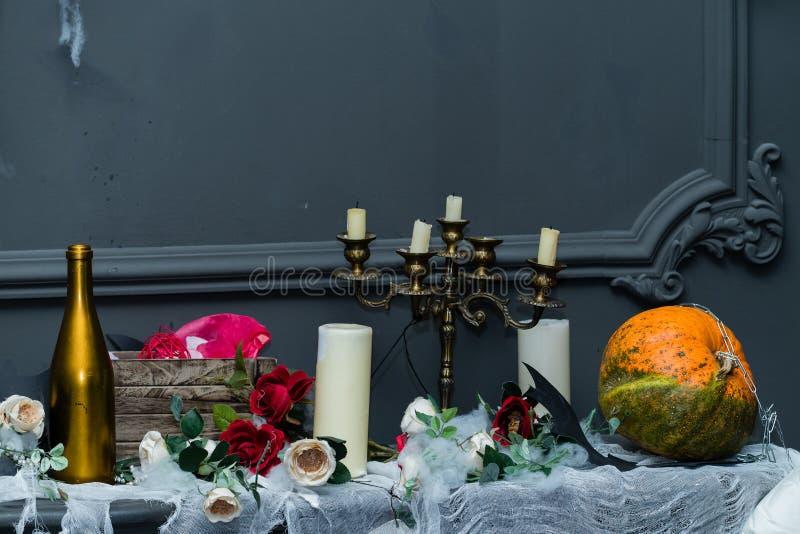 Dekorerad tabell med den allhelgonaaftonpumpastålar och candleholderen de arkivfoton
