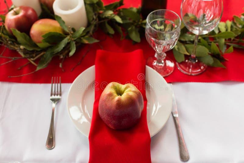 Dekorerad tabell som är klar för matställe Beautifully dekorerad tabelluppsättning med blommor, stearinljus, plattor och servette royaltyfria bilder