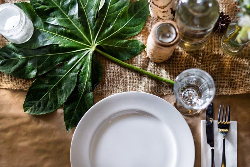 Dekorerad tabell som är klar för matställe beautifulnessen arkivfoto