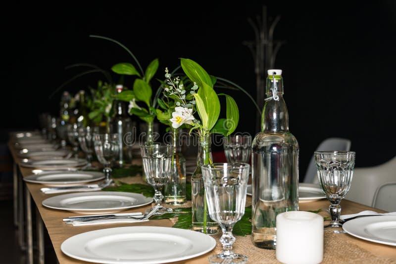 Dekorerad tabell som är klar för matställe beautifulnessen arkivbilder