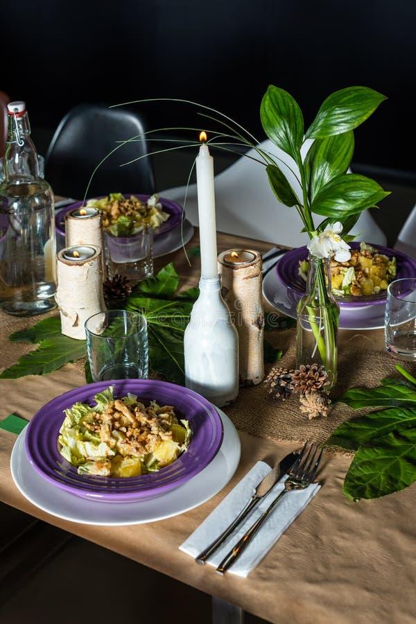 Dekorerad tabell som är klar för matställe beautifulnessen arkivfoton