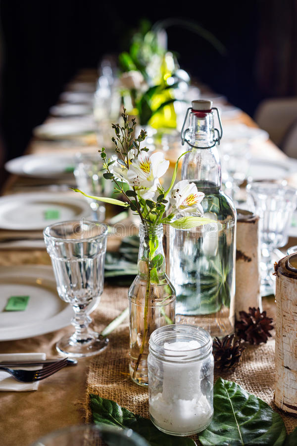 Dekorerad tabell som är klar för matställe beautifulnessen arkivbild