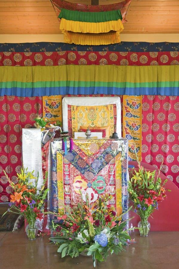 Dekorerad tempelplacering väntar på HH Penor Rinpoche på Amitabha bemyndigande, meditationmontering i Ojai, CA royaltyfri foto