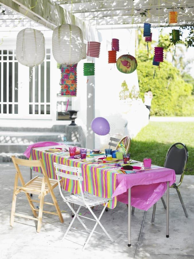 Dekorerad utomhus- tabell efter födelsedagparti royaltyfri fotografi
