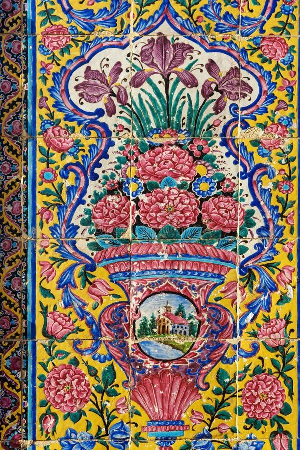 Dekorerad vägg av ingången till den Nasir Ol-Molk moskén, också som är berömd som rosa moské shiraz iran arkivbild