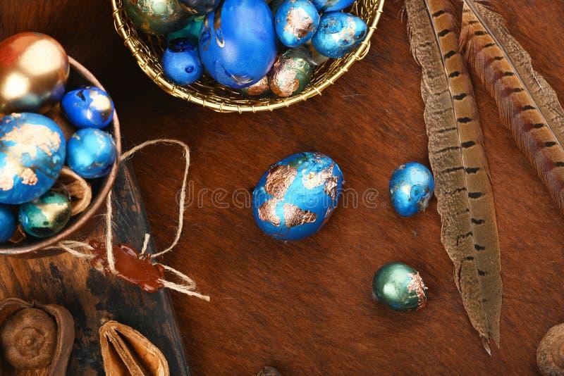 Dekorerade ägg för påsk Alternativ garnering Färgade ägg i grönt, blått, turkos och guld-, vaktelägg royaltyfria bilder