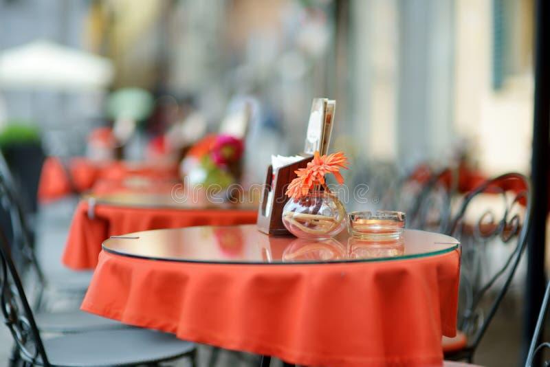 Dekorerade Beautifully sm? utomhus- restaurangtabeller i staden av Lucca, Italien arkivfoton