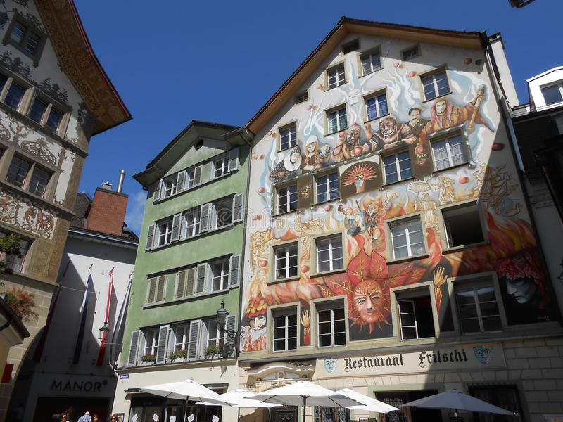 Dekorerade byggnader i Luzern den historiska mitten, Schweiz arkivfoto