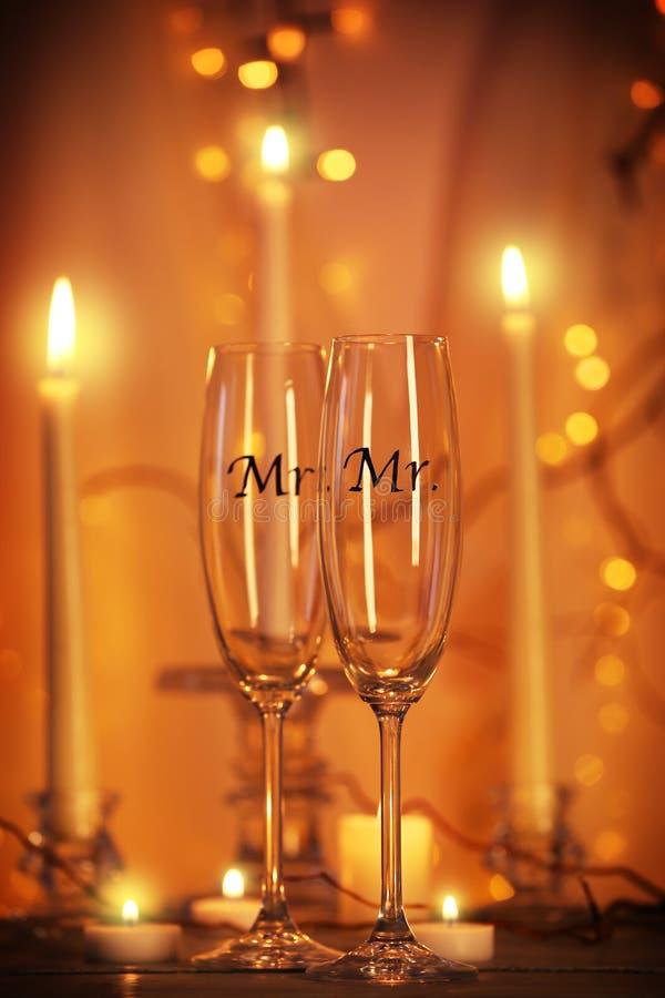 Dekorerade champagneexponeringsglas för glat bröllop royaltyfri bild