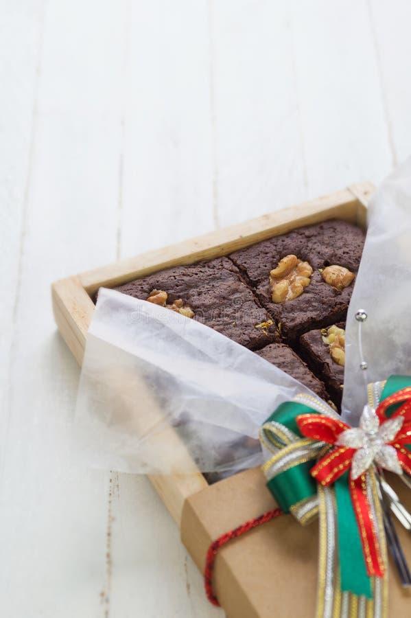 Dekorerade chokladnissen med valnöten i den wood asken royaltyfri fotografi