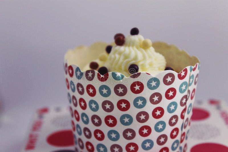Dekorerade födelsedagmuffin med chokladstänk arkivbild